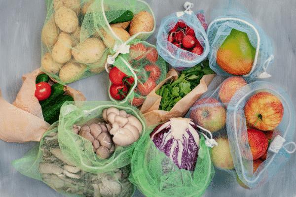 wiederverwendbare Produktbeutel und Gemüse