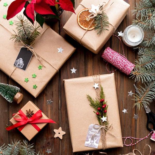 Geschenke in braunem Papier eingewickelt
